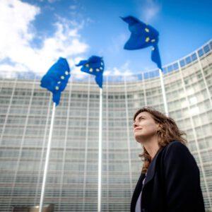 Foto von Alexandra vor der Europäischen Kommission