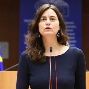 Alexandra Geese im Plenarsaal am Redner:innenpult. Im Hintergrund 2 EU Fahnen.