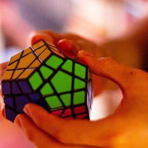 Hände, die einen Rubik's Cube halten