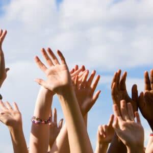 Foto von vielen Händen in der Luft.