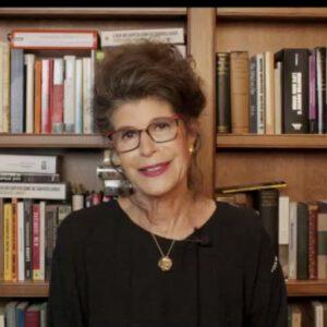 Screenshot von Shoshana Zuboff in unserem Webinar. Sie sitzt sprechend vor einer Bücherwand.